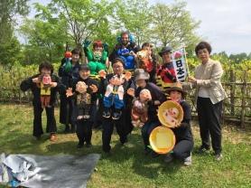 札幌市市議会議員(東区)篠田江里子さんのご紹介により、演歌歌手夏目のりこさんが主催するエンゼル会のチャリティに参加。毎年札幌市内の児童養護施設の子どもたちを招待してジンギスカンパーティや様々な支援活動をしています。200名以上の子供達に見せたくてももプロも大きな桃太郎を作り演じました。