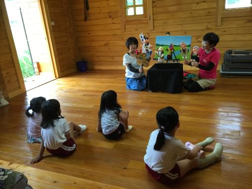 啓子さんと一緒にももたろう。子供たちにもやってもらいました。